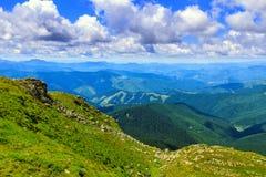 Γραφικό Καρπάθιο τοπίο βουνών το καλοκαίρι, άποψη από το ύψος, Ουκρανία Στοκ Φωτογραφίες
