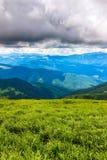 Γραφικό Καρπάθιο τοπίο βουνών το καλοκαίρι, άποψη από το ύψος, Ουκρανία Στοκ Εικόνες