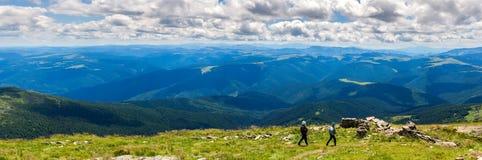 Γραφικό Καρπάθιο τοπίο βουνών το καλοκαίρι, ευρεία πανοραμική άποψη γωνίας, Ουκρανία Στοκ φωτογραφίες με δικαίωμα ελεύθερης χρήσης