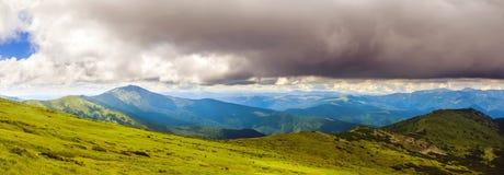 Γραφικό Καρπάθιο τοπίο βουνών το καλοκαίρι, ευρεία πανοραμική άποψη γωνίας, Ουκρανία Στοκ Εικόνες