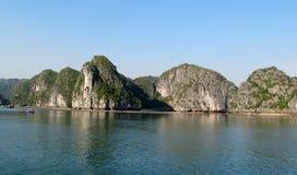 Γραφικό νησί ασβεστόλιθων στον ωκεανό στοκ εικόνα με δικαίωμα ελεύθερης χρήσης