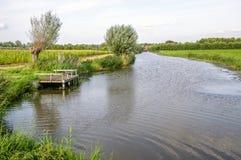 Γραφικό ολλανδικό τοπίο ενός μικρού ποταμού στο καλοκαίρι Στοκ εικόνες με δικαίωμα ελεύθερης χρήσης