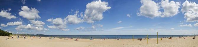 Γραφικό πανοραμικό τοπίο της βαλτικής ηλιόλουστης παραλίας στο oliwa του Γντανσκ το καλοκαίρι Στοκ Εικόνες