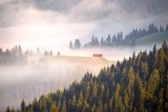 γραφικό σπίτι στην ομίχλη Στοκ Φωτογραφία