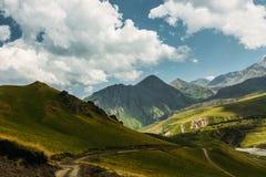 Γραφικό τοπίο βουνών το καλοκαίρι Περιοχή Elbrus, του βόρειου Καύκασου, Ρωσία Στοκ Εικόνες