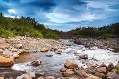 Γραφικό τοπίο ενός ποταμού βουνών με το παραδοσιακό natur Στοκ Εικόνες