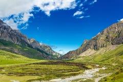 Γραφικό τοπίο με τα ρωσικά βουνά Καύκασου Στοκ εικόνα με δικαίωμα ελεύθερης χρήσης