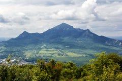 Γραφικό τοπίο με τα ρωσικά βουνά Καύκασου Στοκ φωτογραφία με δικαίωμα ελεύθερης χρήσης