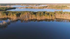 Γραφικό τοπίο με το δάσος και λίμνη στο ηλιοβασίλεμα Όμορφο φως του ήλιου Εναέρια φωτογραφία άποψης Στοκ Εικόνα