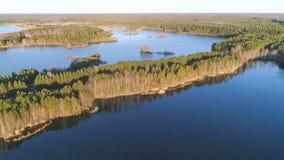 Γραφικό τοπίο με το δάσος και λίμνη στο ηλιοβασίλεμα Όμορφο φως του ήλιου την άνοιξη Εναέρια φωτογραφία άποψης Στοκ Φωτογραφίες