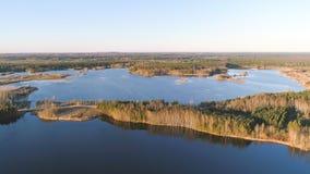 Γραφικό τοπίο με το δάσος και λίμνη στο ηλιοβασίλεμα Όμορφο φως του ήλιου την άνοιξη Εναέρια φωτογραφία άποψης Στοκ Εικόνες