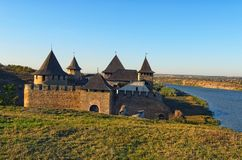 Γραφικό τοπίο του αρχαίου κάστρου Khotyn και του Dniester ποταμού Διάσημος τουριστικός προορισμός θέσεων και ταξιδιού στην Ουκραν στοκ φωτογραφία