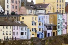 Γραφικό Pembrokeshire - ζωηρόχρωμα σπίτια Στοκ Φωτογραφίες