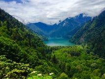 γραφικό ritsa τοπίων λιμνών της Αμπχαζίας στοκ εικόνες