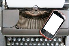 Γραφομηχανή και έξυπνο τηλέφωνο Στοκ Φωτογραφίες