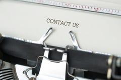 Γραφομηχανή με την επαφή εμείς κείμενο Στοκ φωτογραφία με δικαίωμα ελεύθερης χρήσης