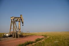 Γρύλος αντλιών αργού πετρελαίου στη λεκάνη ποταμών σκονών στοκ εικόνες