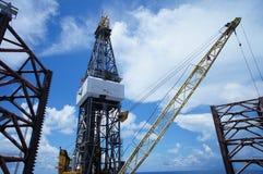 Γρύλος επάνω στη πλατφόρμα άντλησης πετρελαίου την ηλιόλουστη ημέρα Στοκ εικόνες με δικαίωμα ελεύθερης χρήσης