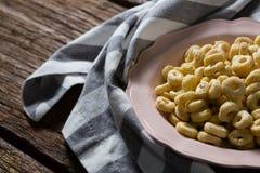 Γρύλος της Apple στο πιάτο με την πετσέτα Στοκ Εικόνες