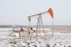 Γρύλος αντλιών φορτωτήρων πετρελαίου Bashkortostan, Ρωσία Χειμώνας Στοκ Εικόνες
