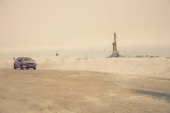 Γρύλος και πλατφόρμα άντλησης πετρελαίου αντλιών που τοποθετούνται στο δάσος Στοκ εικόνες με δικαίωμα ελεύθερης χρήσης