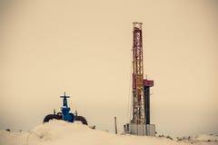 Γρύλος και πλατφόρμα άντλησης πετρελαίου αντλιών που τοποθετούνται στο δάσος Στοκ Φωτογραφία