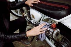 Γυαλίζοντας μοτοσικλέτα ποδηλατών Στοκ φωτογραφίες με δικαίωμα ελεύθερης χρήσης