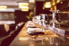 Γυαλί για το κρασί στην εστίαση Στοκ Φωτογραφία