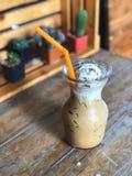 γυαλί επιπλεόντων σωμάτων καφέ πάγου με το υπόβαθρο κάκτων στοκ φωτογραφία με δικαίωμα ελεύθερης χρήσης