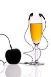Γυαλί και μήλο με τα ακουστικά Στοκ Φωτογραφία