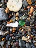Γυαλί και πέτρες σε μια παραλία Στοκ εικόνες με δικαίωμα ελεύθερης χρήσης