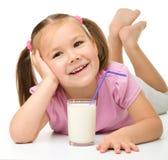 γυαλί κοριτσιών λίγο γάλα στοκ εικόνες