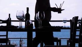 Γυαλί κρασιού και εστιατόριο παραλιών Στοκ φωτογραφία με δικαίωμα ελεύθερης χρήσης