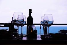 Γυαλί κρασιού και εστιατόριο παραλιών Στοκ Φωτογραφίες