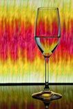 Γυαλί κρασιού με τη ζωηρόχρωμη ανασκόπηση στοκ εικόνες