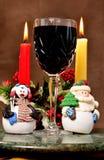 Γυαλί κρασιού Χριστουγέννων με τους αριθμούς Χριστουγέννων στοκ φωτογραφία