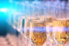 Γυαλί κρασιού CHAMPAGNE στην επιτραπέζια διακόσμηση στοκ φωτογραφία με δικαίωμα ελεύθερης χρήσης