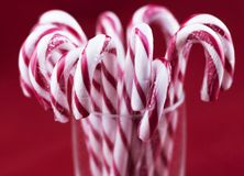 Γυαλί με τους καλάμους καραμελών Χριστουγέννων στοκ εικόνες