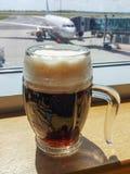 Γυαλί μπύρας με τον αφρό στην Πράγα Στοκ Φωτογραφίες
