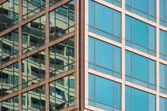 Γυαλί παραθύρων του επιχειρησιακού κτηρίου, σύγχρονη αρχιτεκτονική, περίληψη Στοκ εικόνες με δικαίωμα ελεύθερης χρήσης