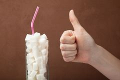 Γυαλί που γεμίζουν με τους κύβους της ζάχαρης, διαβήτης, γλυκός εθισμός στοκ φωτογραφία