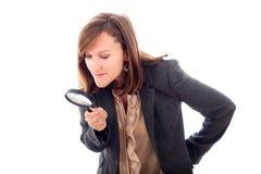 γυαλί που ενισχύει ψάχνοντας τη γυναίκα στοκ εικόνες
