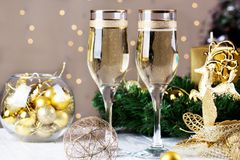 Γυαλί σαμπάνιας δύο στο υπόβαθρο Χριστουγέννων bokeh Στοκ εικόνες με δικαίωμα ελεύθερης χρήσης