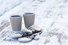 γυαλί τεχνών εγγράφου, φλυτζάνι με ένα ζεστό ποτό, καφές, κακάο, θερμαμένο κρασί και άσπρα και μαύρα γάντια στοκ εικόνα με δικαίωμα ελεύθερης χρήσης