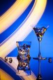 Γυαλιά ένας Martini κοκτέιλ πάγος ουίσκυ, στο κόκκινο κλίμα των όμορφων ελαφριών αποτελεσμάτων Στοκ φωτογραφία με δικαίωμα ελεύθερης χρήσης