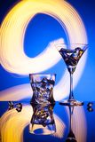 Γυαλιά ένας Martini κοκτέιλ πάγος ουίσκυ, στο κόκκινο κλίμα των όμορφων ελαφριών αποτελεσμάτων Στοκ εικόνες με δικαίωμα ελεύθερης χρήσης