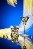 Γυαλιά ένας Martini κοκτέιλ πάγος ουίσκυ, στο κόκκινο κλίμα των όμορφων ελαφριών αποτελεσμάτων Στοκ εικόνα με δικαίωμα ελεύθερης χρήσης