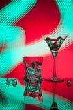 Γυαλιά ένας Martini κοκτέιλ πάγος ουίσκυ, στο κόκκινο κλίμα των όμορφων ελαφριών αποτελεσμάτων Στοκ Εικόνες