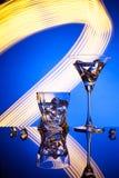 Γυαλιά ένας Martini κοκτέιλ πάγος ουίσκυ, στο κόκκινο κλίμα των όμορφων ελαφριών αποτελεσμάτων Στοκ φωτογραφίες με δικαίωμα ελεύθερης χρήσης