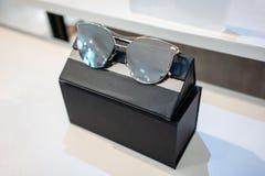 Γυαλιά ήλιων με τη συσκευασία του κιβωτίου στα ράφια επίδειξης καταστημάτων Στοκ φωτογραφία με δικαίωμα ελεύθερης χρήσης
